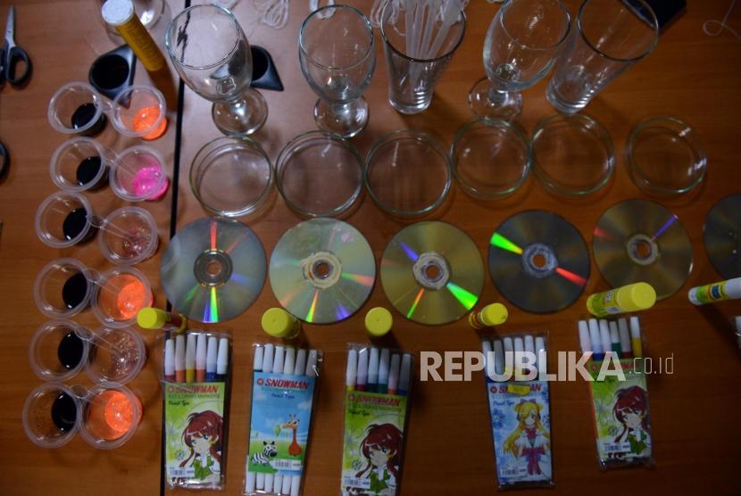 Sejumlah peralatan untuk kegiatan Fun Science di Kantor Republika, Jakarta, Sabtu (4/5).