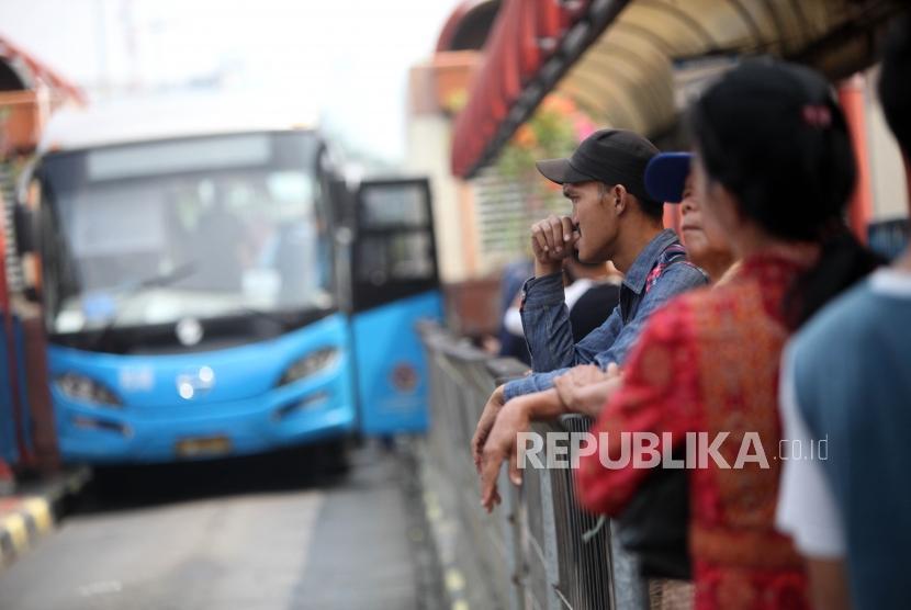 Sejumlah penumpang menunggu bus Transjakarta di jalur 2 Halte Transjakarta Terminal Blok M, Jakarta, Selasa (3/7).