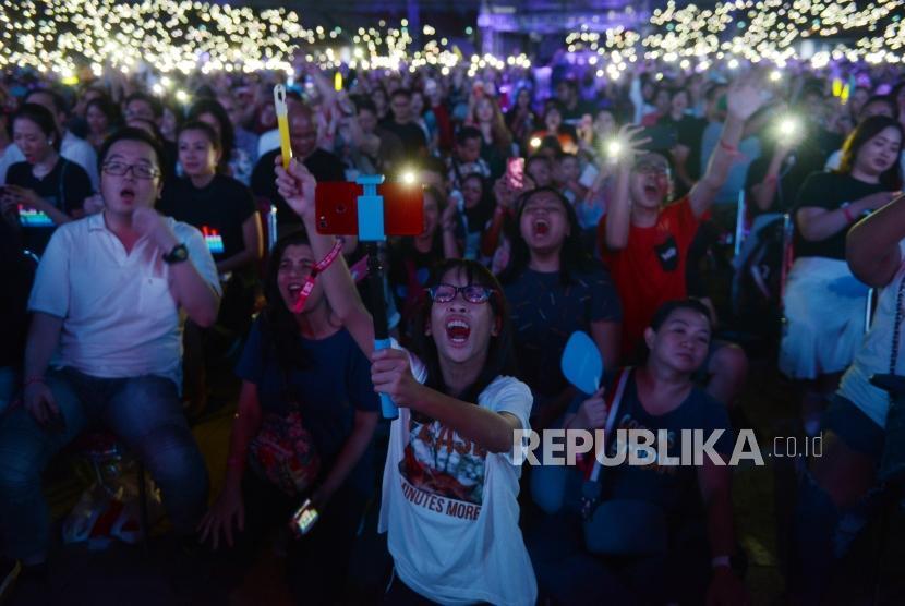 Sejumlah penonton saat melihat penampilan Penyanyi asal Inggris, Ed Sheraan pada konser bertajuk Ed Sheeran Divide World Tour 2019 di Stadion Utama Gelora Bung Karno, Jakarta, Jumat (3/5).