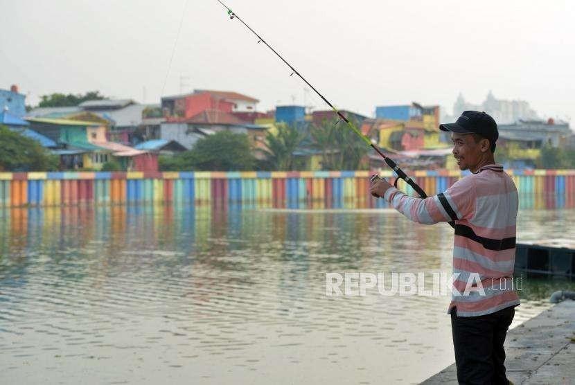 Ruang Interaksi Warga. Warga saat memancing di kawasan Danau Sunter, Jakarta Utara, Rabu (26/9).