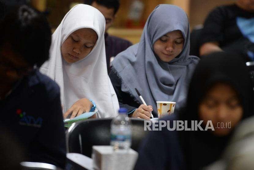 Pelatihan Jurnalistik Online. Peserta mengikuti Pelatihan Jurnalisme Online bagi pelajar dan mahasiswa di kantor Republika, Jakarta, Sabtu (11/8).