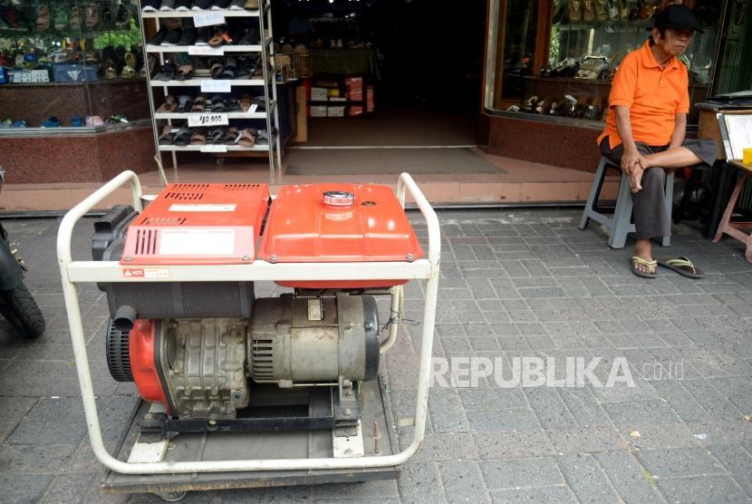 Sebuah toko mengunakan genset ketika mengalami pemadaman listrik, Jakarta, Senin (5/8).