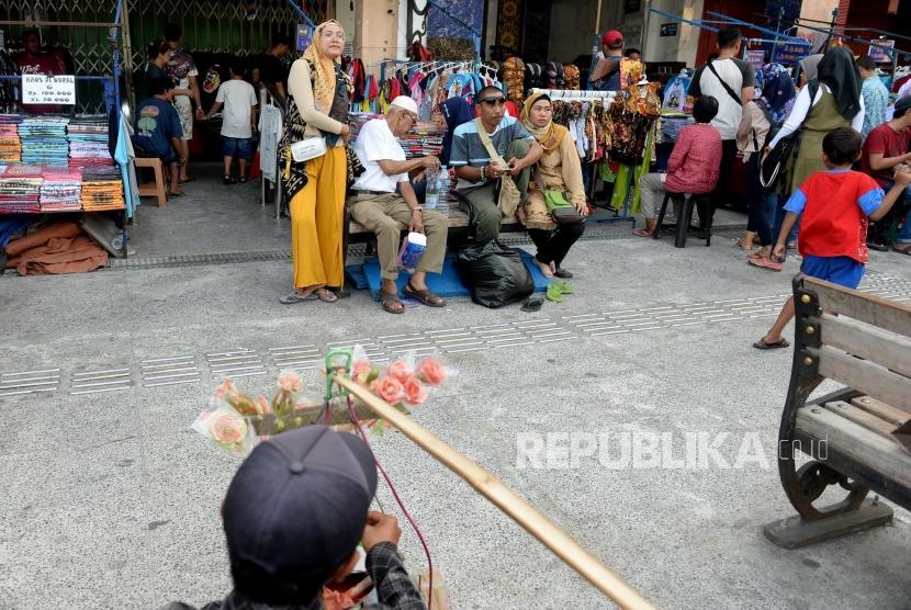 Malioboro Mulai Dipadati Pelancong. Pengunjung memadati pedestrian di Malioboro, Yogyakarta,  Kamis (6/6/2019).