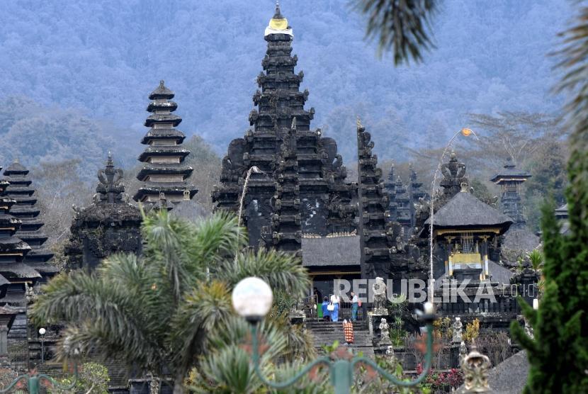 Erupsi Gunung Agung tak mengalangi kunjungan turis ke sejumlah tempat wisata, salah satunya Pura Besakih, Bali, Sabtu (2/12).