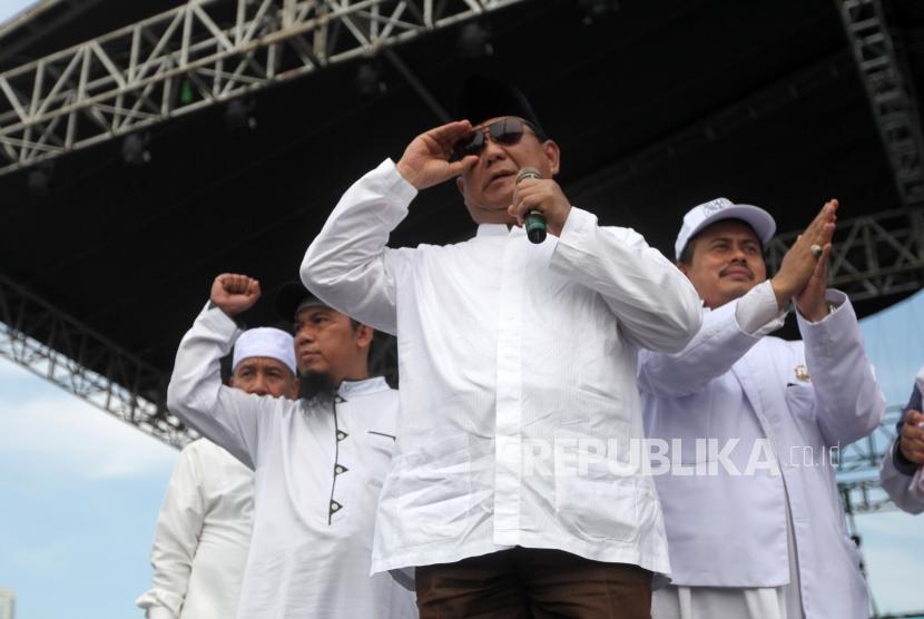 [Ilustrasi] Calon presiden nomor urut 2 Prabowo Subianto (tengah) memberikan sambutan saat mengikuti reuni aksi 212 di Lapangan Monumen Nasional, Jakarta, Ahad, (2/12).