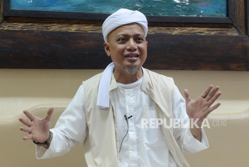 Ustaz Arifin Ilham saat sesi wawancara  bersama Republika di  Bogor Jawa Barat, Selasa (18/12).