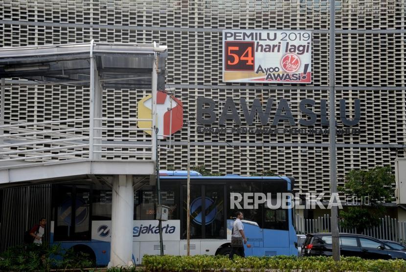 Papan Hitung Pemilu: Pejalan kaki melintas didepan papan hitung mundur elektronik Pemilu 2019 di kantor Bawaslu, Jakarta, Jumat (22/2).