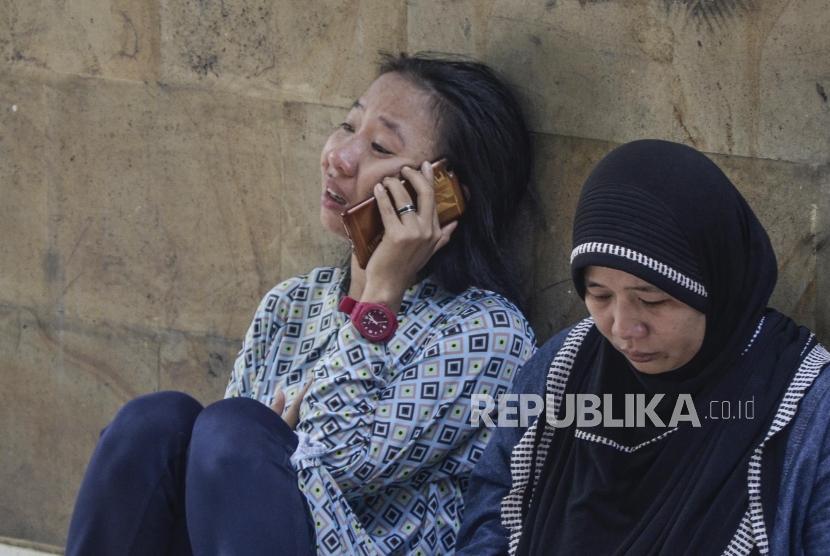 Korban Kerusuhan di Rawat di RSUD Tarakan. Sejumlah keluarga korban menunggu di depan kamar jenazah RSUD Tarakan,Jakarta Pusat, Selasa (22/5).
