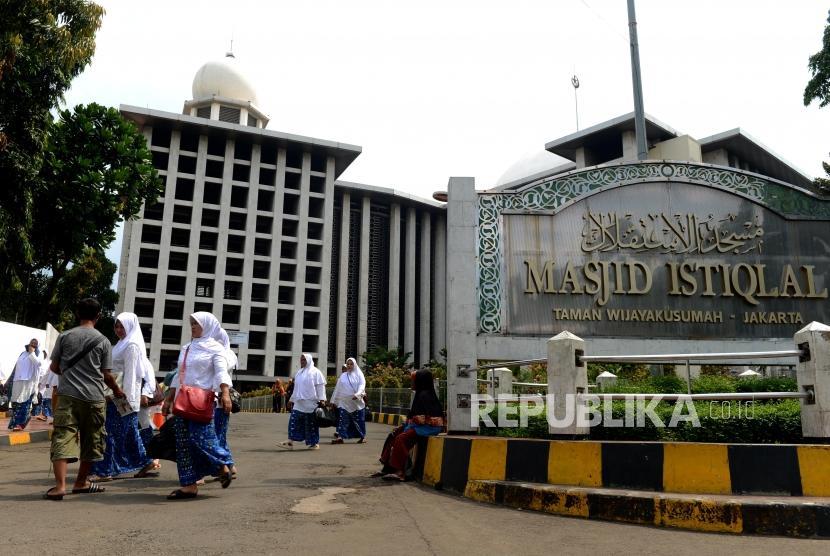 (Ilustrasi) Pengunjung melintas di kawasan Masjid Istiqlal, Jakarta, Kamis (25/4).