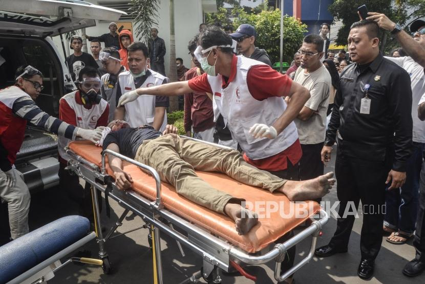 Korban Kerusuhan di Rawat di RSUD Tarakan. Sejumlah petugas membawa korban kerusuhan Jatibaru  ke Unit Gawat Darurat (UGD) di RSUD Tarakan,Jakarta Pusat, Rabu (22/5).