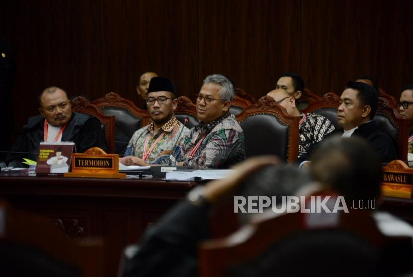 Ketua KPU selaku termohon Arief Budiman saat mengikuti sidang perdana Perselisihan Hasil Pemilihan Umum (PHPU) Pemilihan Presiden (Pilpres) 2019 di Gedung Mahkamah Konstitusi, Jakarta, Jumat (14/6).