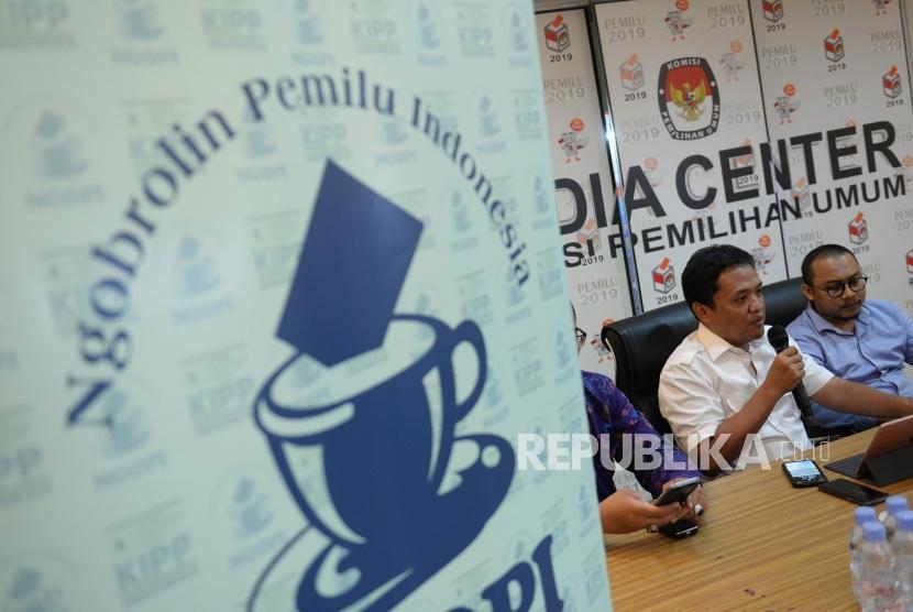 Waspada Pembocoran Data Pribadi. Anggota BPN Prabowo-Sandi, Habiburokhman (kedua kiri) menjadi nara sumber saat diskusi Ngobrolin Pemilu Indonesia di KPU, Jakarta, Kamis (10/1/2019).