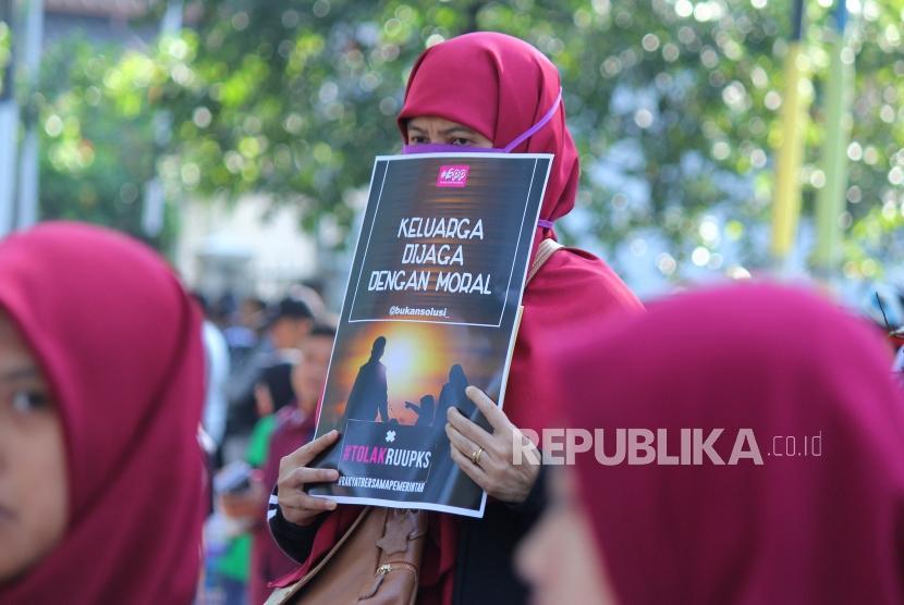 Para aktivis yang tergabung dalam Aliansi Gerakan Peduli Perempuan melakukan aksi menolak Rancangan Undang-Undang Penghapusan Kekerasan Seksual (RUU PKS) di Car Free Day (CFD) Dago, Kota Bandung, Ahad (21/7).