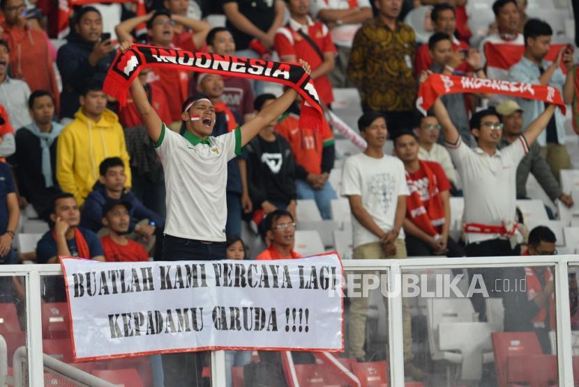 Suporter timnas Indonesia saat pertandingan melawan Thailand dalam Kualifikasi babak kedua Piala Dunia 2022 zona Asia di Stadion Gelora Bung Karno, Senayan, Jakarta, Selasa (10/9).