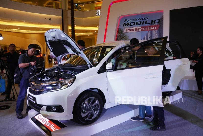 Peluncuran New Honda Civic dan New Honda Mobilio. Jurnalis mengabadikan New Honda Mobilio pada acara peluncurannya di Jakarta, Kamis (21/2).