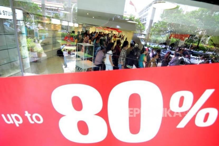 Sejumlah pengunjung antre untuk berbelanja di Lotus Department Store di Jalan MH Thamrin, Jakarta Pusat, Kamis (26/10).