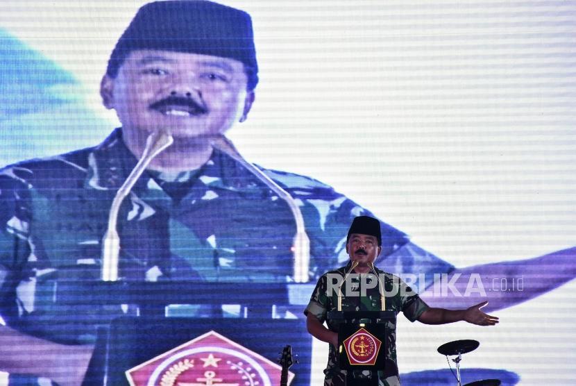 Panglima TNI Marsekal TNI Hadi Tjahjanto memberikan sambutan saat Safari Ramadhan di Makodam III/Siliwangi, Bandung, Senin (13/5).