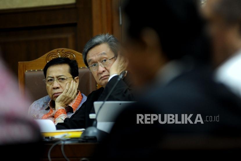 Terdakwa kasus korupsi pengadaan KTP elektronik Setya Novanto (kiri) dan penasehat hukum Maqdir Ismail mendengarkan keterangan saksi.