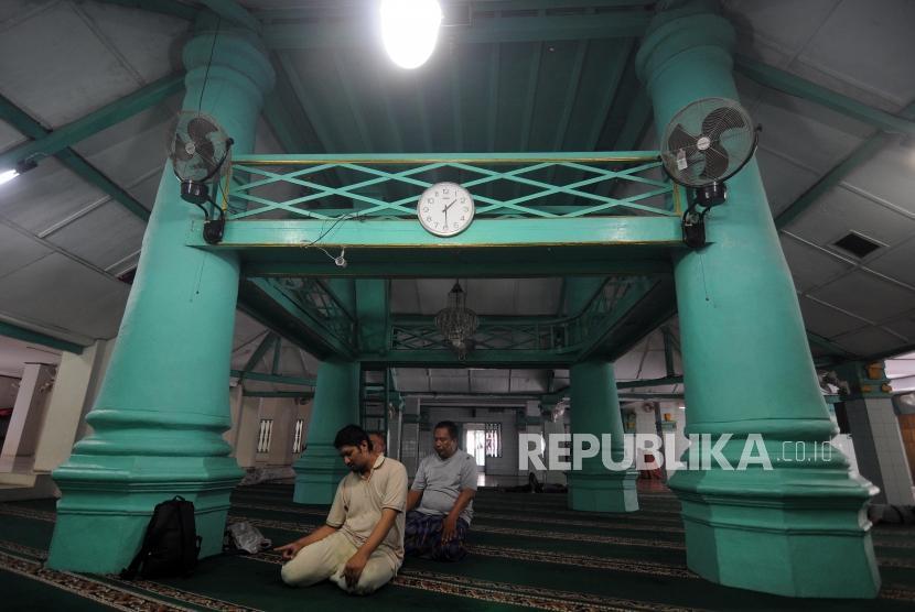 Sejumlah umat Muslim melaksanakan ibadah Shalat Dzuhur di Masjid Jami Al Mansur, Tambora, Jakarta Barat, Senin (18/12).