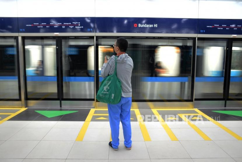 Warga saat menunggui kereta MRT di Stasiun Bundaran HI, Jakarta, Senin (25/3).