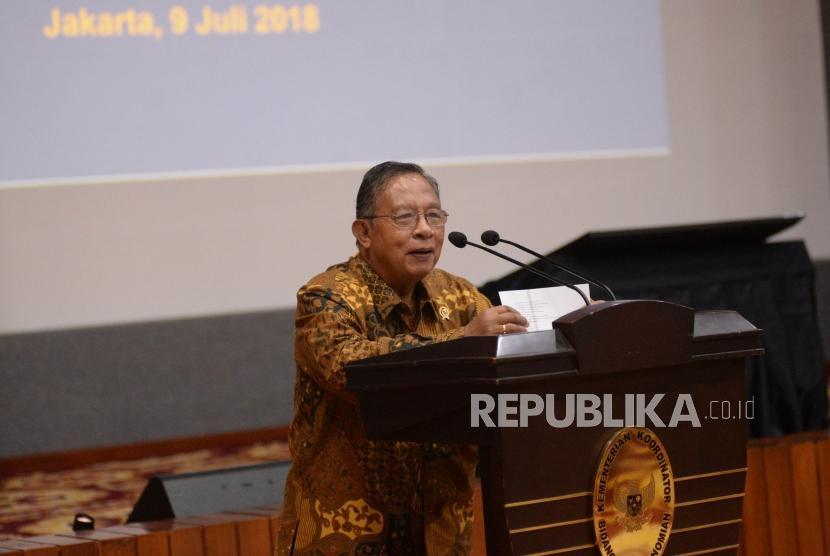 Menko Perekonomian Darmin Nasution memberikan sambutan pada acara  peluncuran sistem pelayanan perizinan berusaha teringrasi secara elaktronik (Online Single Submission/OSS) di Kantor Kemenko Perekonomian, Jakarta, Senin (9/7).