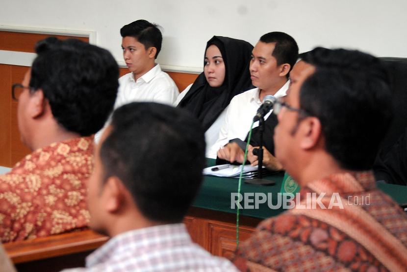 Tersangka kasus dugaan penipuan dan penggelapan biro perjalanan umrah First Travel Kiki Hasibuan, Anniesa Hasibuan, dan Andika Surachman (dari kiri).