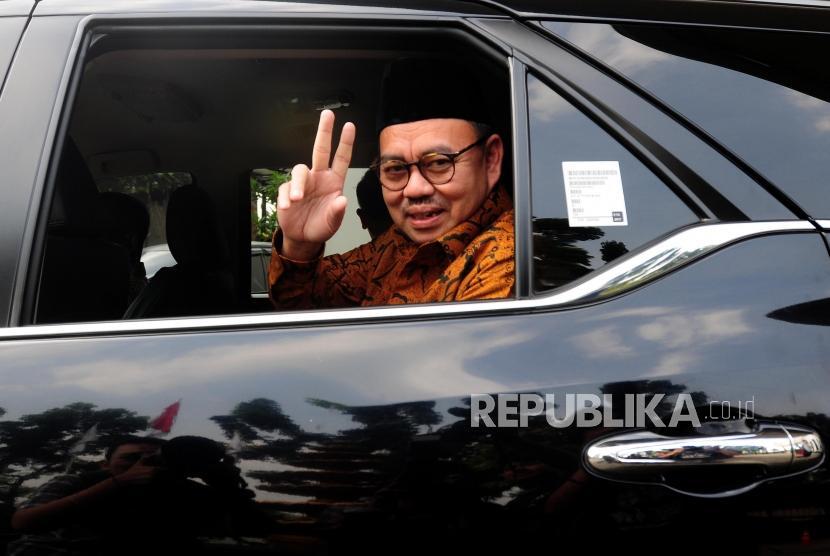 Calon Gubernur Jawa Tengah Sudirman Said (kanan) menaiki mobil usai melakukan pertemuan tertutup dengan Presiden PKS Sohibul Iman di Kantor DPP PKS, Pasar Minggu, Jakarta, Senin (2/7).