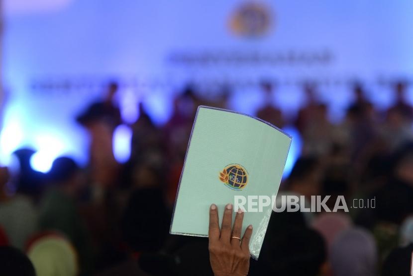 Pembagian Sertipikat Tanah di Blitar. Masyarakat mengangkat sertipikat tanah usai dibagikan saat kunjungan Presiden Joko Widodo di Blitar, Jawa Timur, Kamis (3/1/2019).