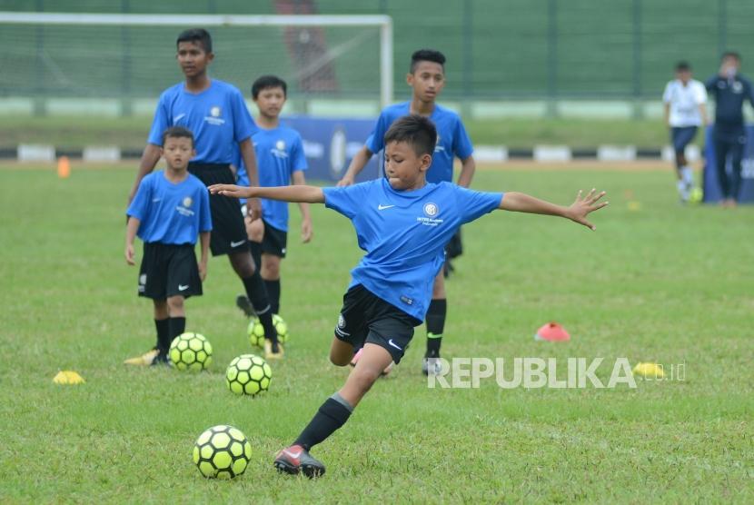 Sejumlah anak dari Akademi Persib berlatih di Lapangan Stadion Siliwangi, Kota Bandung.