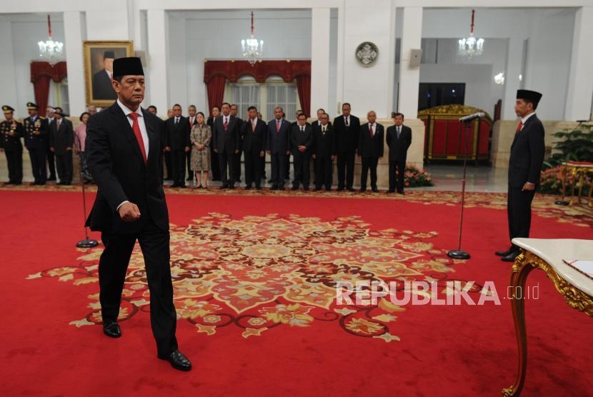 Letjen TNI Doni Monardo (kiri) saat dilantik sebagai Kepala Badan Nasional Penanggulangan Bencana (BNPB) di Istana Negara, Jakarta Rabu (9/1/2019) pagi.