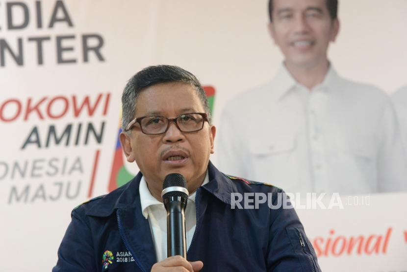 Sekretaris Tim Kampanye Nasional (TKN) Jokowi-Ma'ruf Hasto Kristiyanto memberikan keterangan pers di Posko Cemara, Jakarta, Ahad (30/12).