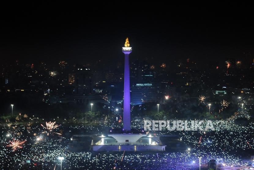 Suasana Kota Jakarta saat malam pergantian tahun baru 2018 di kawasan Monas, Jakarta, Senin (1/1).