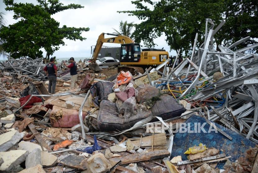 Wreckage of a hotel in Carita, Banten, Monday (Dec 24, 2018).