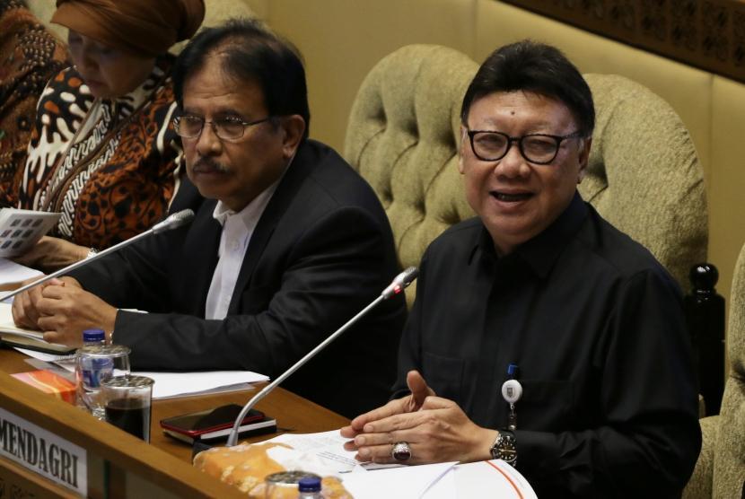 Menteri Dalam Negeri Tjahjo Kumolo (kanan) bersama Menteri Agraria dan Tata Ruang/Badan Pertanahan Nasional (ATR/BPN) Sofyan Djalil (kiri) mengikuti rapat kerja bersama Komisi II DPR di Kompleks Parlemen, Senayan, Jakarta, Kamis (24/1/2019).