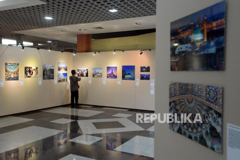 Pameran Foto Islam Rusia. Pengunjung melihat pameran foto tradisi umat Islam di Rusia di Musium Bayt Al-Quran TMII, Jakarta, Selasa (26/2).