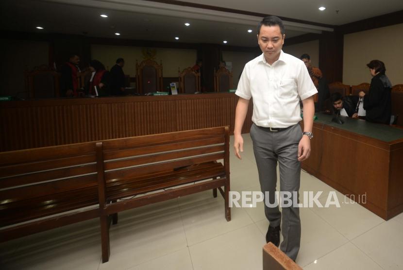 Mantan Anggota Komisi Satu DPR DI Fayakhun Andriadi berjalan usai  menjalani sidang dengan agenda pembacaan vonis di Pengadilan Tindak Pidana Korupsi, Jakarta, Kamis (21/11).