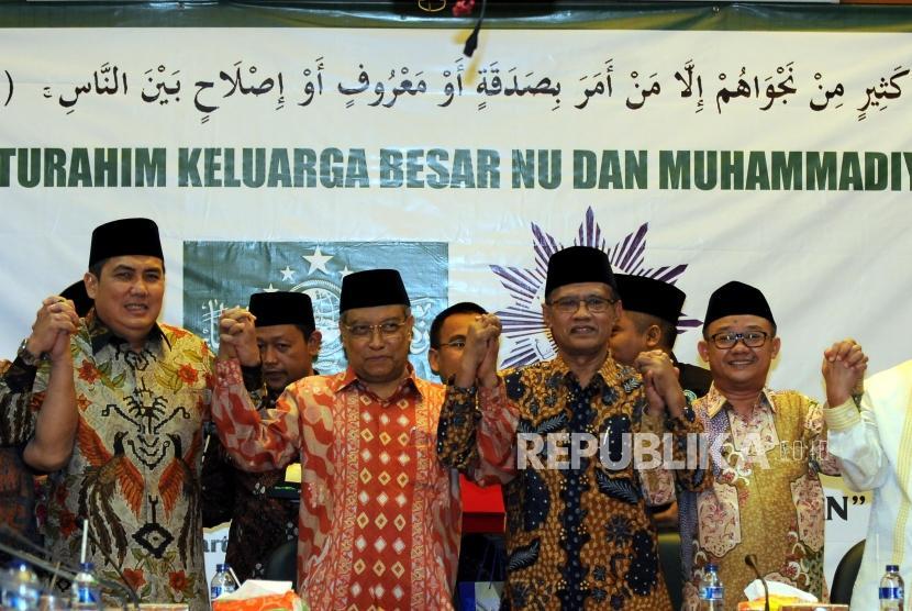 Sekjen PBNU Helmy Faishal bersama Ketua Umum PBNU Said Aqil Siroj, Ketua Umum PP Muhammadiyah Haedar Nashir, dan Sekjen PP Muhammadiyah Abdul Muti (dari kiri) foto bersama usai melakukan silahturahim di Gedung PBNU, Jakarta, Jumat (23/2).
