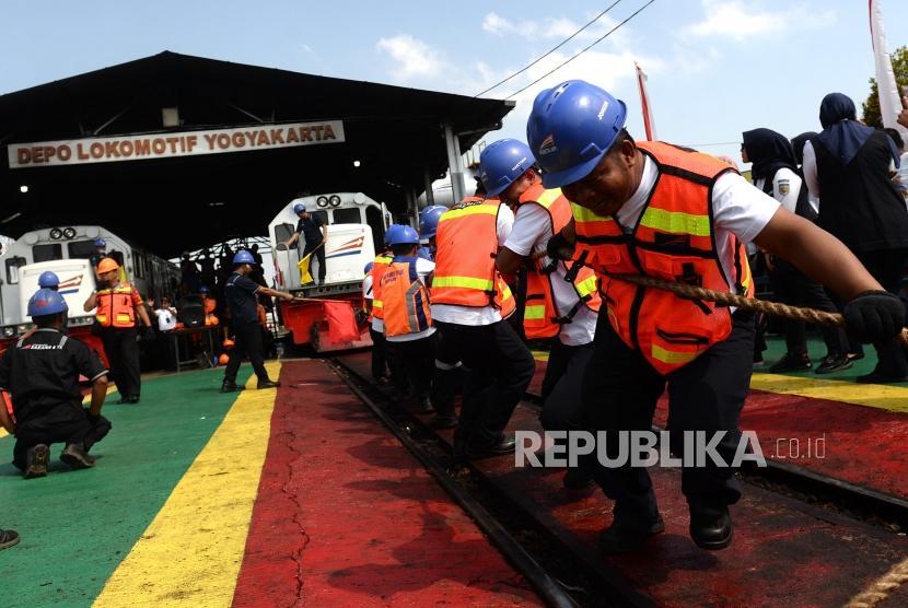 Lomba Tarik Lokomotif. Peserta mengikuti lomba tarik lokomotif di Depo Lokomotif Yogyakarta, Rabu (21/8/2019).