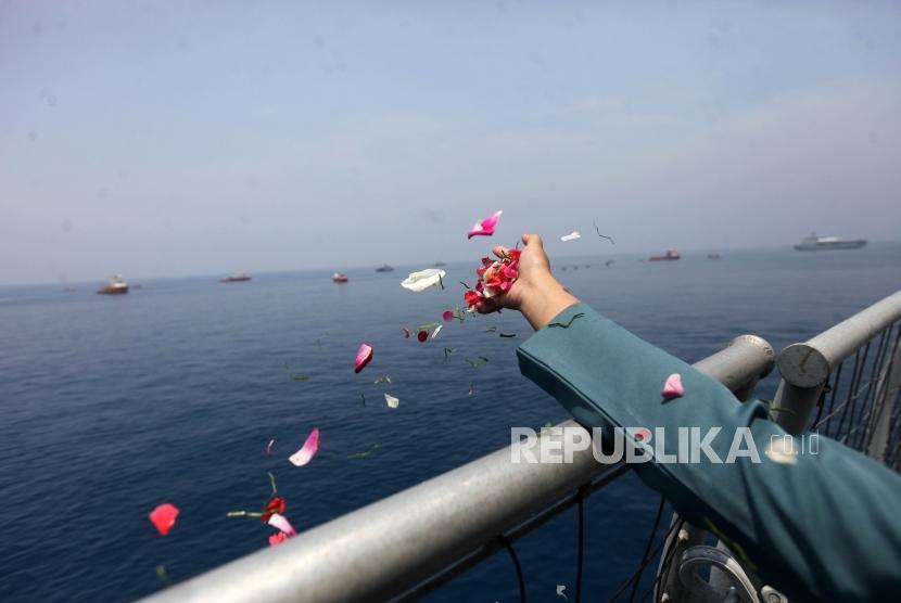 Keluarga korban pesawat Lion Air JT-610 yang jatuh menaburkan bunga sekaligus doa bersama di KRI Banjarmasin 592 di Perairan Karawang, Jawa Barat.