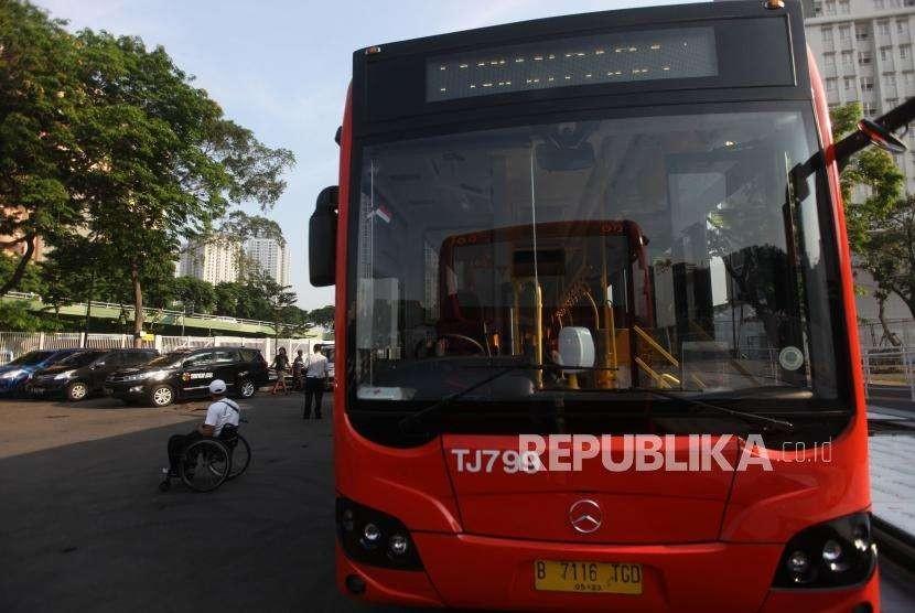 Atlet difabel bersiap menaiki bus Transjakarta saat simulasi transportasi persiapan penyelenggraan Asian Para Games 2018 di Wisma Atlet, Kemayoran, Jakarta, Selasa (25/9).