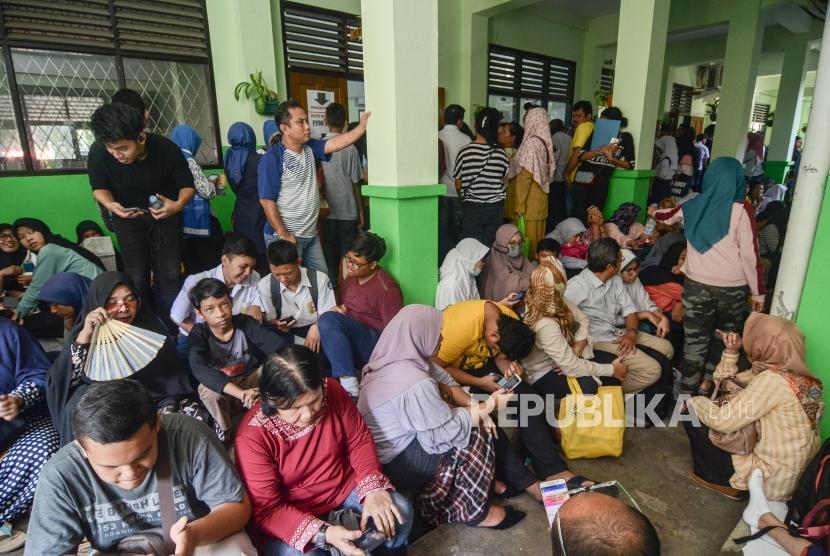 Pendaftaran PPDB online SMA.Sejumlah orang tua dan Calon Siswa mengantre untuk mendaftar Penerimaan Peserta Didik Baru (PPDB) 2019 tingkat SMA-SMK di SMAN 2 Bekasi, Jawa Barat, Senin (17/6).