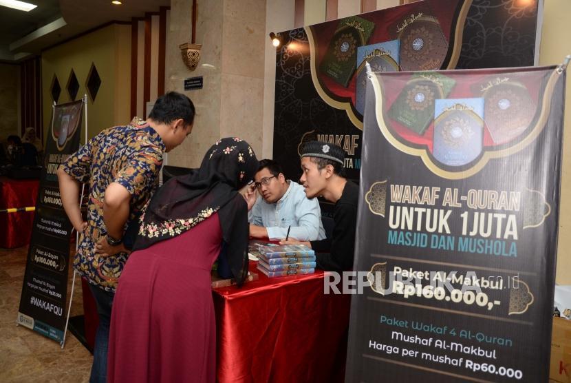 Pengunjung Hijrah Book Fest mewakafkan  Al-Quran dalam acara festival republik di Masjid At-Tin Jakarta, Sabtu (29/12).