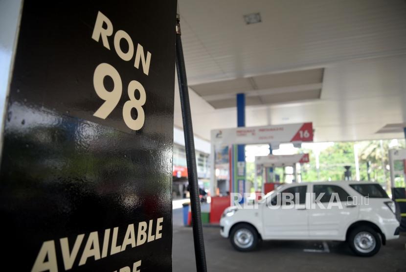 Kendaraan melintas usai mengisi mengisi Bahan Bakar Minyak (BBM) Non Subsidi pada kendaraan di SPBU Abdul Muis, Jakarta, Ahad (25/2).