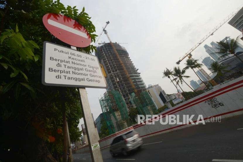 Rambu lalu lintas imbauan tentang peraturan ganjil genap di jalan Rasuna Said, Jakarta Selatan, Ahad (14/10).