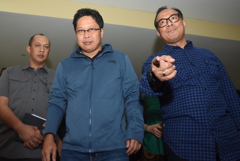 Aktivis HAM yang juga dosen Universitas Negeri Jakarta (UNJ) Robertus Robet (tengah) didampingi Karo Penmas Divisi Humas Polri Brigjen Pol Dedi Prasetyo (kanan) bersiap memberikan keterangan pers usai menjalani pemeriksaan di Bareskirm Mabes Polri, Jakarta, Kamis (7/3/2019).