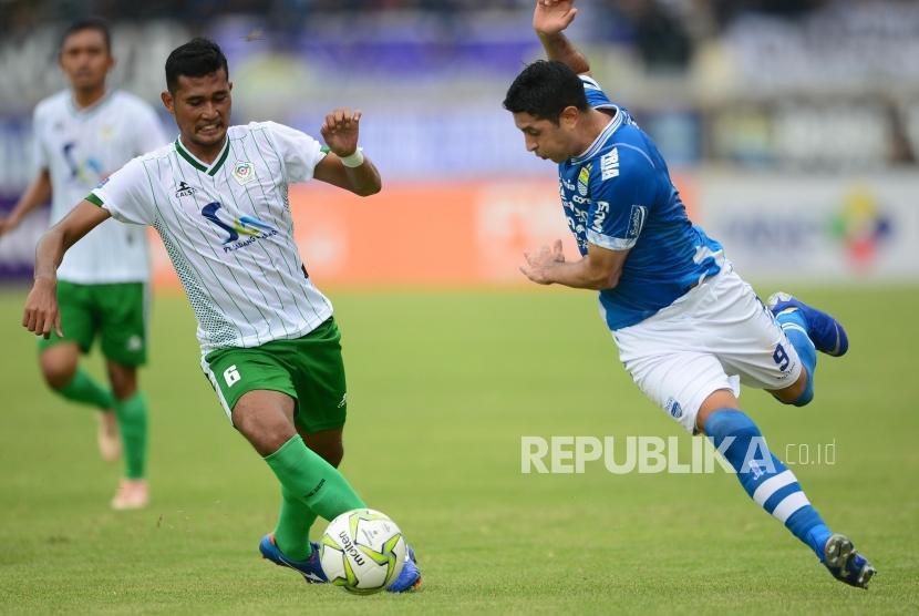 Winger Persib Bandung Esteban Vizcarra (kanan).