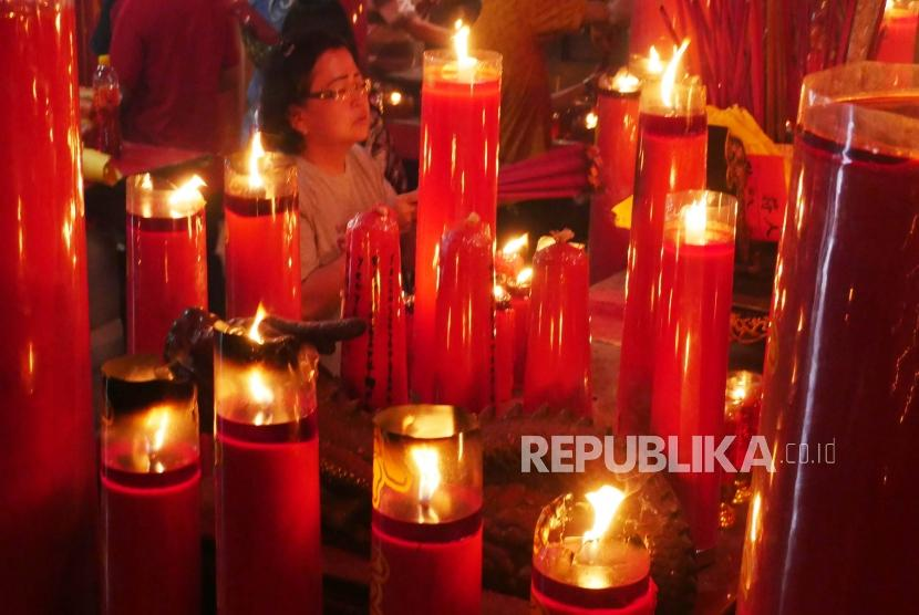 Umat yang merayakan hari raya Imlek nampak melakukan ibadah di Vihara Dharma Jaya Toasebio, di bilangan petak 9, Jakarta, Selasa (5/2).