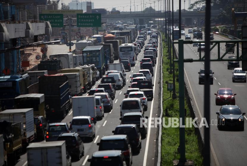 Antrean kendaraan saat melintas di ruas Tol Jakarta Cikampek, Bekasi, Jumat (2/3).