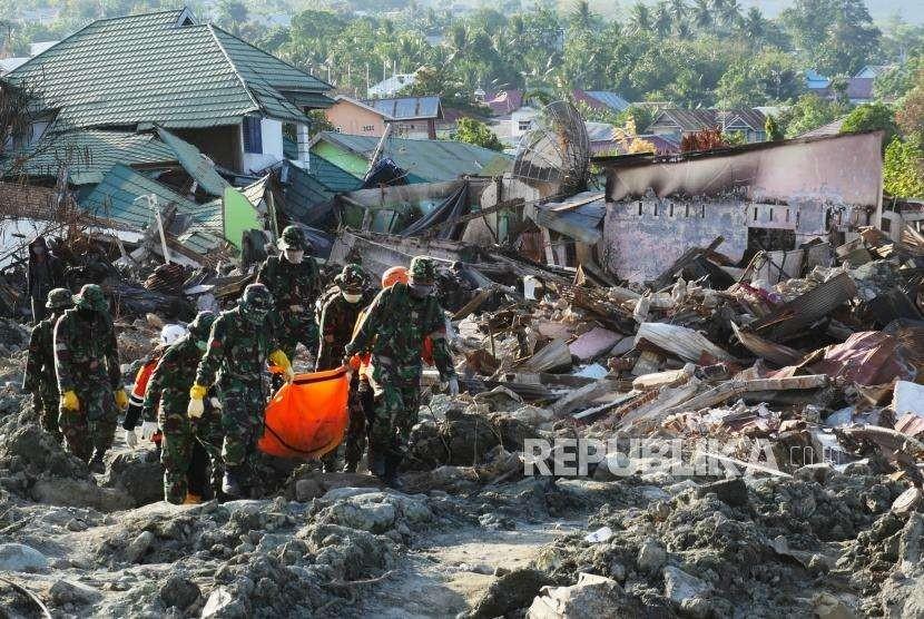 Evacuation of victims in Balaroa housing complex, Palu, Central Sulawesi, Sunday (Oct 7).
