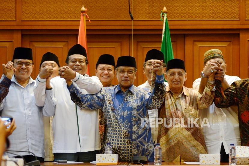Ketua Umum PBNU KH Said Aqil Siradj bersama Lembaga Persahabatan Ormas Islam (LPOI) usai memberikan keterangan saat konferensi pers di Kantor PBNU, Jakarta, Jumat (19/4).